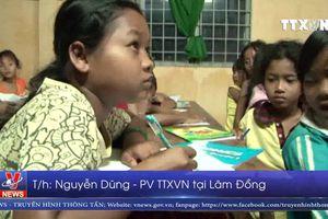 Lớp học ngoại ngữ miễn phí ở buôn làng K'Ho