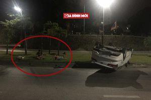 Ô tô bị lật giữa đường, 3 người đàn ông bình thản nằm bên cạnh