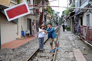 Sở thích 'chết người' chụp ảnh trên đường tàu ở Hà Nội