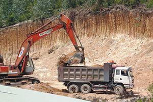 Vô tư mua bán 'đất lậu' san lấp nền đường ở Bình Định