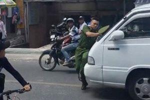 Hình phạt nào cho tài xế xe 16 chỗ 'ủi' Trung úy Công an gần 100m trên phố?