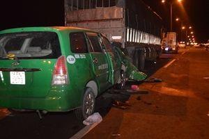 Taxi tông vào đuôi xe tải trên cầu Cần Thơ, 3 người tử vong