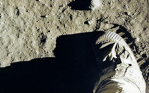 Giải mã việc dấu chân của Armstrong không khớp đế giày trên Mặt Trăng