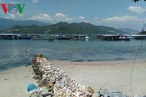 Dân ở Khánh Hòa bức xúc vì doanh nghiệp chắn đường, chiếm mặt biển