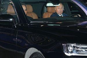 Tổng tống Nga Putin điều khiển xe Aurus trên đường đua F1