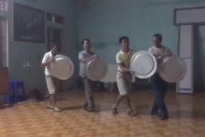 Các ông chồng trung niên cầm mâm, luyện tập bài múa tặng vợ hài hước