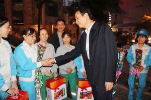 Phó Bí thư Thành ủy Đào Đức Toàn tặng quà các nữ công nhân