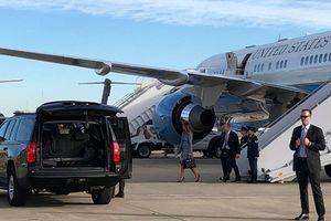 Bốc khói khét lẹt, máy bay chở bà Melania Trump hạ cánh khẩn cấp