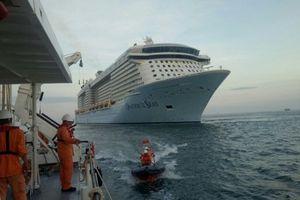 Cứu nạn du khách nước ngoài từ tàu du lịch về bờ cấp cứu