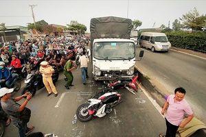 Xe 'điên' xông vào làn xe máy, 2 người tử vong dưới chân cầu