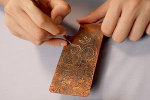 Công phu nghề làm ốp điện thoại bằng chất liệu sơn mài