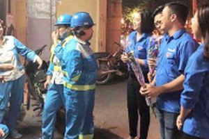 'Hoa về trên phố' gây bất ngờ cho 800 nữ công nhân Thủ đô
