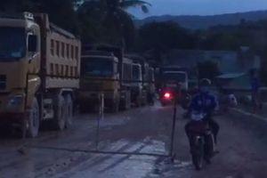 Bình Định: Bức xúc vì bị ô nhiễm, dân chặn đường không cho xe chạy