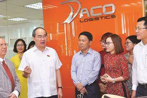 Bí thư Thành ủy TPHCM Nguyễn Thiện Nhân: Quận 2, quận 4 chăm sóc tốt hơn những hộ dân khó khăn
