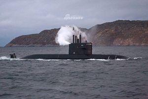 Tàu ngầm Lada của Nga xả khói mù mịt trên biển: Chuyện gì đang xảy ra?