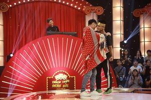 Cặp đôi nam tỏ tình, 'khóa môi' trên sân khấu giành 100 triệu ngay tập 1 Thách thức danh hài