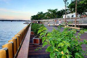 Cận cảnh đường đi bộ 64 tỉ đồng bằng gỗ lim dọc sông Hương