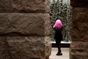 Nữ sinh bị đuổi học vì nhuộm tóc hồng