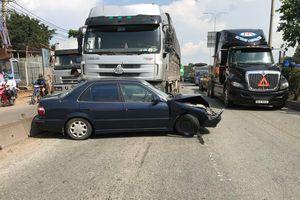 Xe tải va chạm với xe biển xanh, QL1 kẹt cứng