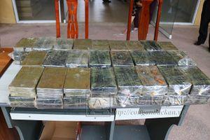 Gần 200 bánh heroin được giấu tinh vi trong phần hông của máy xúc