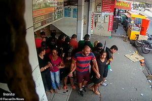 Nhóm cướp táo bạo bắt 25 con tin tạo 'lá chắn sống' nghênh ngang giữa phố