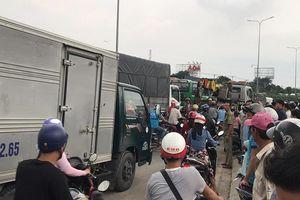 Xe tải cày nát 3 xe máy trên đường phố Sài Gòn, 2 người tử vong, 3 người khác bị thương