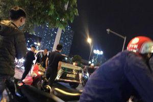 Xi nhan xin rẽ không được, chủ xe Lexus vừa hạ kính nói chuyện thì bị đánh