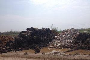 Hà Nội: Bỗng dưng bị đổ trộm chất thải nguy hại, xã và huyện loay hoay giải quyết