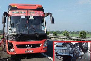 Long An: Xe khách Phương Trang tông ô tô 4 chỗ lật ngửa trên cao tốc