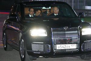 Tổng thống Nga Putin bất ngờ làm tài xế, cầm lái xe siêu sang