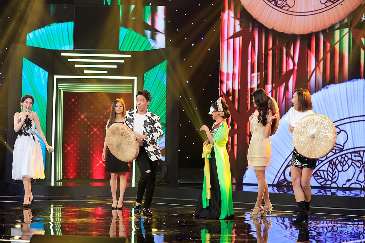 Trấn Thành dạy Hari Won và dàn mỹ nhân cách múa nón quai thao