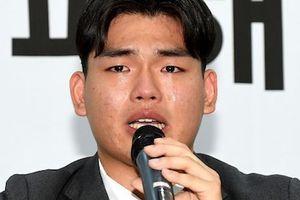 Thành viên nhóm nhạc bị bạo hành khóc trong buổi họp báo vạch tội