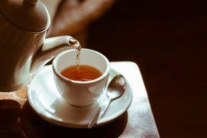 Dưới đáy chén trà