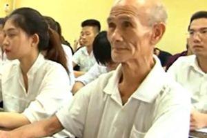 Câu chuyện xúc động về sinh viên đại học 85 tuổi ở Hà Nội