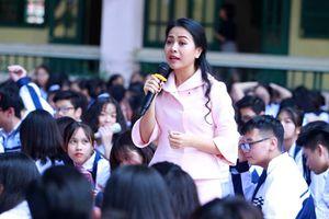 Giao lưu 'Hướng nghiệp trước ngưỡng cửa vào đời' với diễn giả doanh nhân Trần Uyên Phương