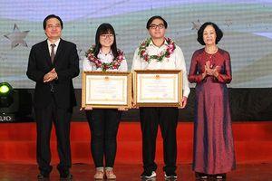 Hai học sinh nhận Huân chương Lao động Hạng Ba
