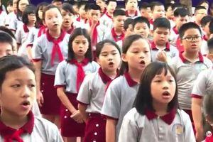 Hàng trăm học sinh hát bài 'Mẹ yêu ơi' lay động hàng triệu trái tim