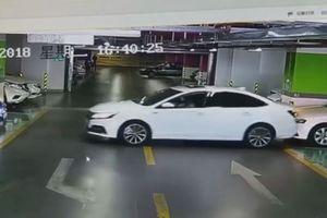 Nữ tài xế lùi ô tô đâm hỏng 3 'xế' sang rồi bỏ đi