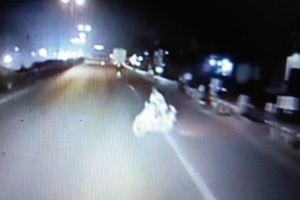 CLIP: Thót tim với pha phanh 'cháy đường' của tài xế container cứu mạng xe máy