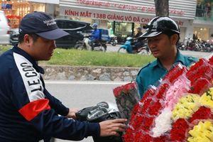 Thị trường hoa tươi dịp 20-10 đắt gấp ba vẫn cháy hàng