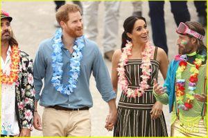Công nương Meghan Markle và Hoàng tử Harry đi chân trần trên bãi biển