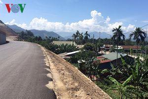 Hàng chục hộ dân ở Thừa Thiên-Huế bị lọt thỏm giữa hai con đường