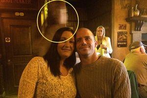 Nghi ngờ xuất hiện bóng ma thuyền trưởng Titanic trong bức ảnh của cặp đôi người Anh