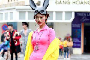 Giới trẻ mặc lòe loẹt xuống phố khuấy động tuần lễ thời trang Việt Nam