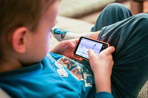 Cha mẹ hại con khi ép học tiếng Anh qua YouTube