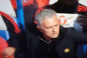 HLV Mourinho nổi nóng, muốn đánh nhau với trợ lý của Sarri