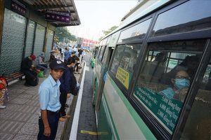 Hàng loạt tuyến buýt bị cắt giảm xe và chuyến
