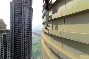 Tay không leo trèo bên rìa tòa nhà chọc trời 77 tầng ở Dubai