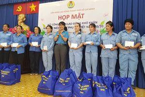Động viên nữ công nhân vệ sinh có hoàn cảnh khó khăn