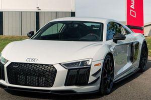Siêu xe Audi R8 V10 giá từ 5,5 tỷ đồng có gì hot?
